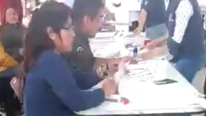 #Elecciones2018 Viralizan video de funcionaria firmando, señalando un falso fraude