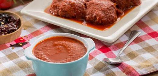 Exquisitas tortitas de carne en salsa de dos chiles.